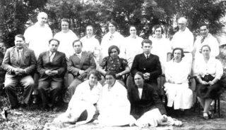 Группа врачей больницы и научных консультантов: Коновалов Н.С., Шайнович И.М., Степанова А.Г., Датовская В.М., Каценштейн Д.М. и др. 30-е годы.